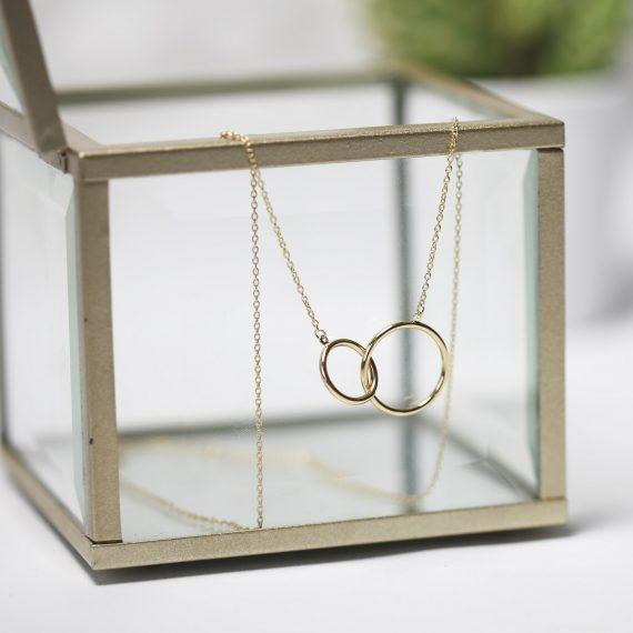 geelgouden-ketting-met-hanger-cirkels 2